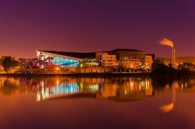 水面に夜の街の反射。