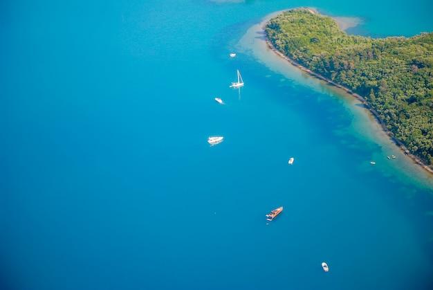 モンテネグロの海岸の飛行機からの眺め。アドリア海。