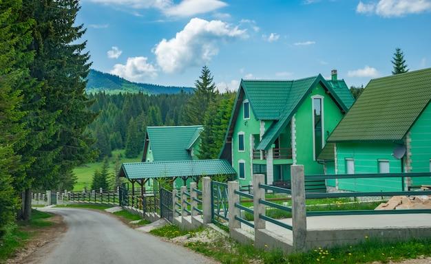 山の村の美しい建築。