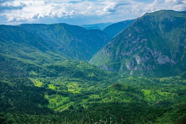 絵のように美しい村は、深い渓谷にあります。