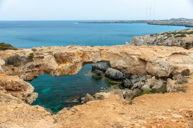 地中海沿岸には恋人たちの橋があります。キプロス。