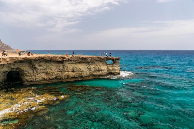 観光客は海の洞窟で最も人気のある観光スポットの一つを訪れました