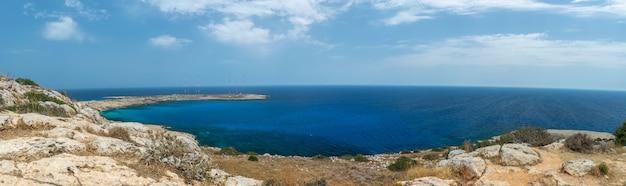 Живописные виды с вершины горы на побережье средиземного моря.