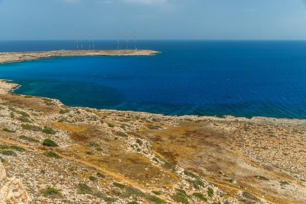 地中海沿岸のイギリス軍基地の領土にある高いアンテナ。