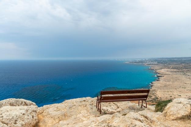 地中海沿岸の山の頂上からの美しい景色。