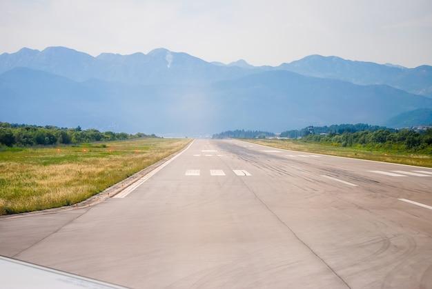 ティヴァト空港の滑走路で離陸する前に。モンテネグロ。