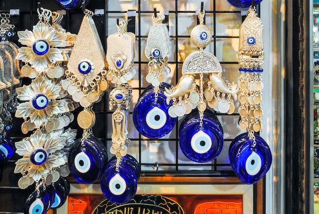 イスタンブール市場のトレーダーは、さまざまな商品を販売しています。