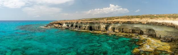 絵のように美しい海の洞窟は、地中海沿岸にあります。