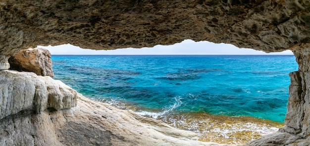 絵のように美しい洞窟は、地中海の海岸にあります。