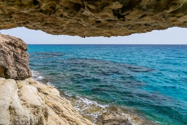 地中海沿岸の洞窟からの地平線の壮大な眺め。