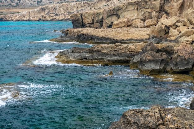 海岸の崖から大きな岩が崩れた。