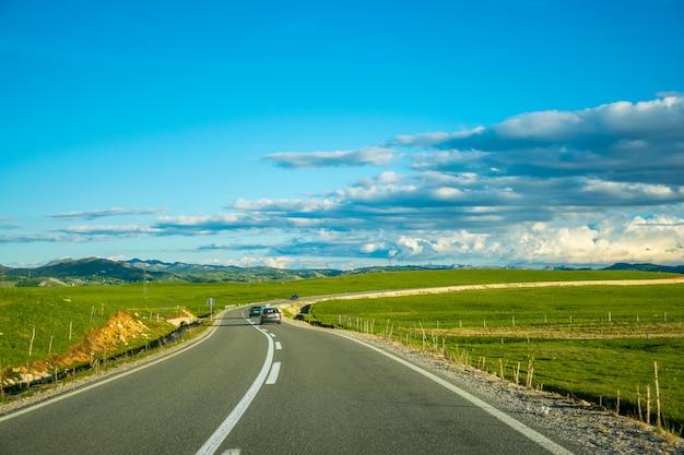 Туристы путешествуют по горным дорогам черногории на машине.