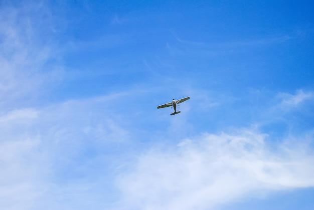Небольшой одномоторный самолет в небе