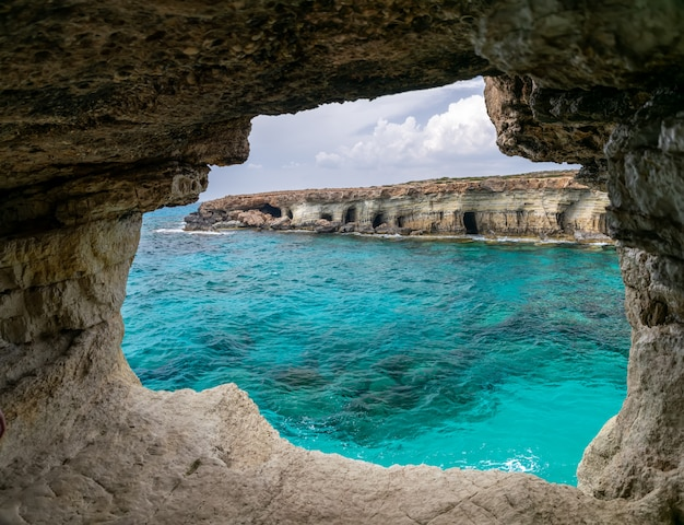 美しい洞窟は地中海のほとりにあります。