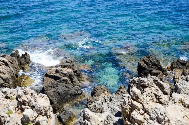 レシムノンの岩の多い海岸に打ち寄せる波