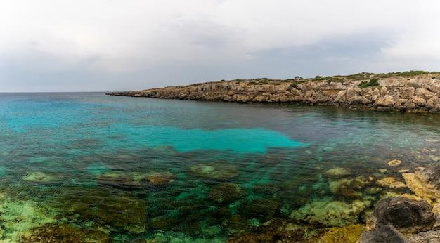 穏やかな海の海岸にある美しい青いラグーン。