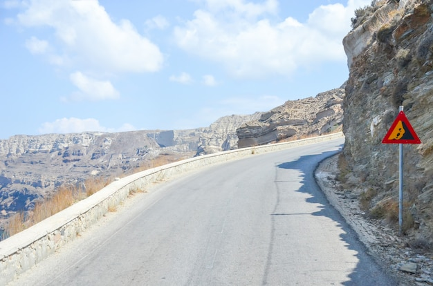 Извилистая серпантинная дорога в горах санторини