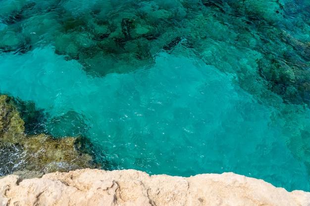 岩の多い海岸に打ち寄せる海の波。