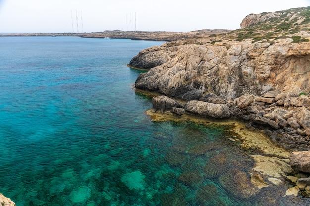 Прозрачная вода вдоль лазурного побережья средиземного моря.