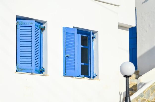 絵のように美しいギリシャのクレタ島の海岸にあるギリシャの村の伝統的な窓。