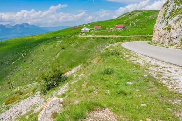 絵のように美しい村は高山の牧草地の中にあります。