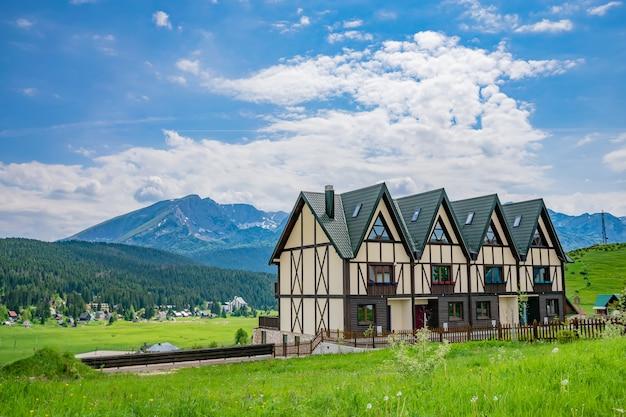 山の村の絵のような建築。