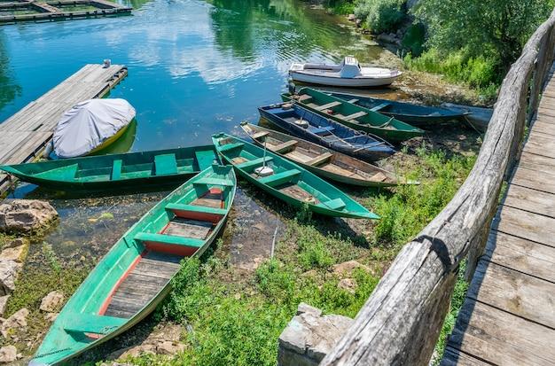 木造漁船が村の岸に係留した。