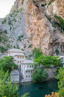 イスラムのモスクの近くの洞窟からきれいな地下河川が出現します。