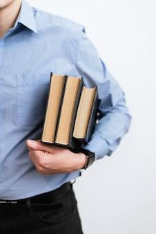 Знание - сила - счастливый бизнесмен используя держать книгу. концепция обучения студентов университета