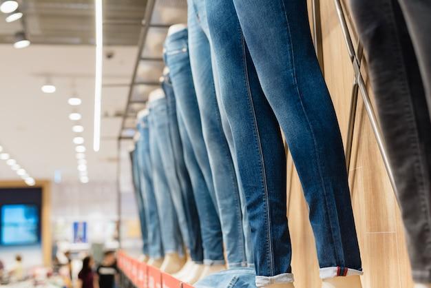 店でマネキンのジーンズ