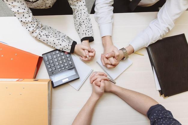 Серьезный человек имеет деловую встречу, читая резюме о найме решения во время собеседования в компании, привлекательной и профессионально одетой, концепция найма на работу. вид сверху