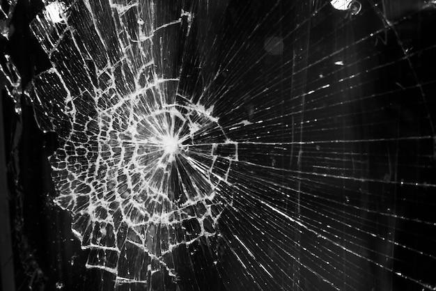 街の明かりの背景に割れたガラスの背景