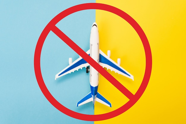 禁止標識付きの飛行機モデル