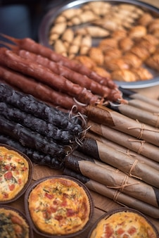 Сладкая чурчхела на рынке. грузинская национальная сладость из орехов и виноградного сока.