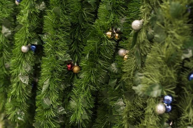店でクリスマスツリーの枝の形で緑のにんにくの販売。緑の見掛け倒しは店の窓の棚に掛かっています。