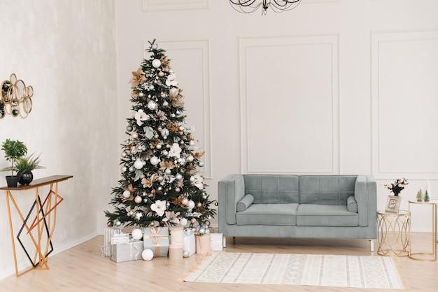 クリスマス装飾インテリアとベージュと青の部屋。