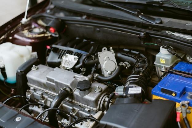 車のボンネット。自動車修理車。ボンネットの下の部品とエンジン