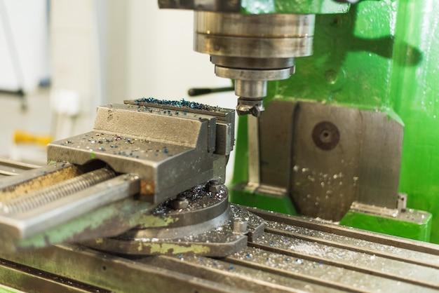 工場内の作業スペース。バイス、レンチ、工作機械