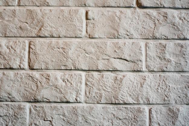 白いレンガのビンテージ背景。ひびの入った古い壁