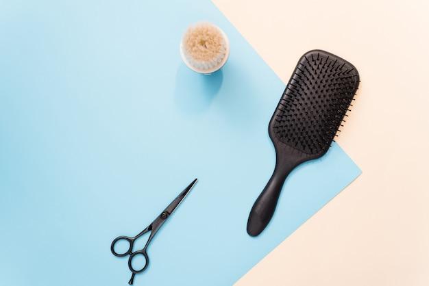 Плоская композиция с профессиональными парикмахерскими инструментами в пастельных тонах. инструменты для укладки волос