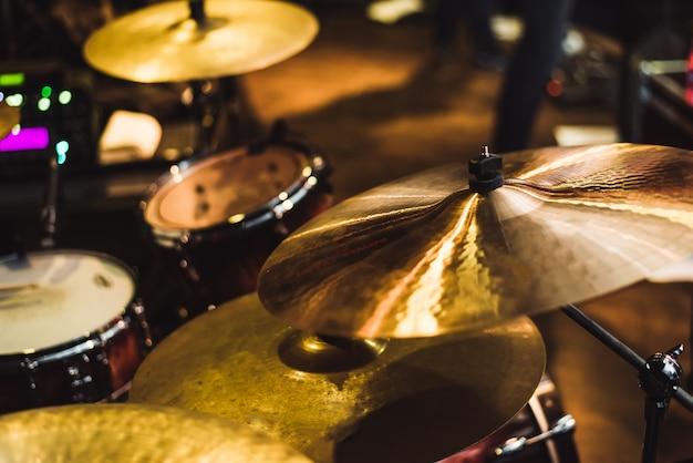 Ударная установка на рок-концерте. барабанная музыкальная тарелка и музыкальный барабан