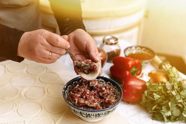 牛挽肉、羊肉、生地から餃子、マンティ、キンカリを作る。手作りの料理