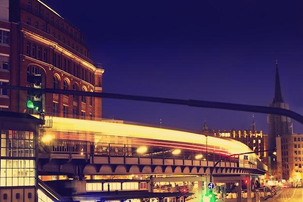 Красивые ночные городские огни. абстрактные. городские концепции. гамбург, германия.