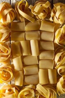 Красивый вкусный красочный узор итальянской пасты. вид сверху. абстрактные. концепция продовольствия.