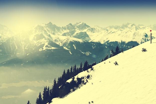 Красивый пейзаж с заснеженными горами. голубое небо. альпы, австрия. тонированное.