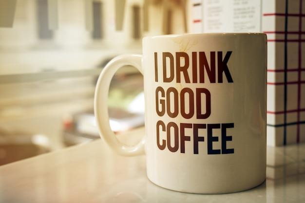 Чашка вкусного кофе в кафе. горизонтальная с копией пространства. тонизирующий.