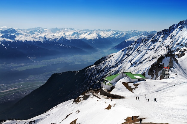 Красивый пейзаж со снежными горами. голубое небо. горизонтальный. альпы, австрия.