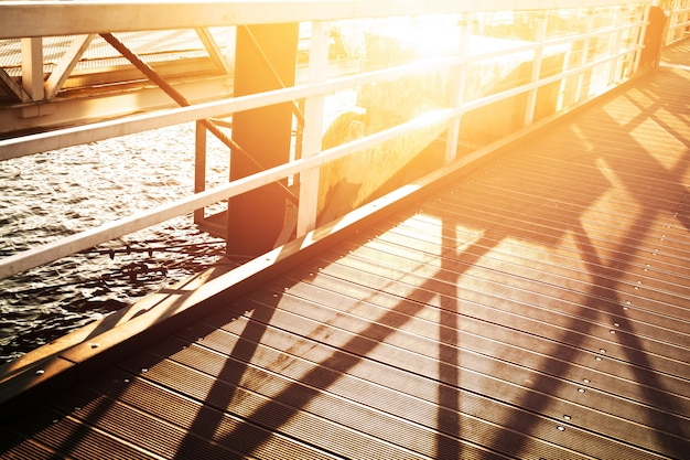 ポートシティの美しい夕日。海の背景と橋。水平。自然の背景。都市。