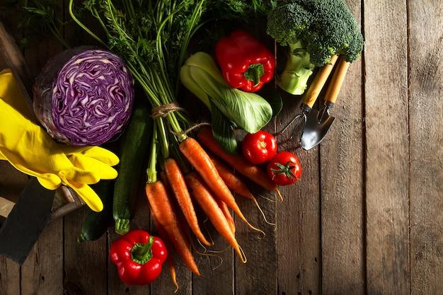 食品野菜カラフルな背景。木製テーブル上のおいしい新鮮な野菜。コピースペースを持つトップビュー。