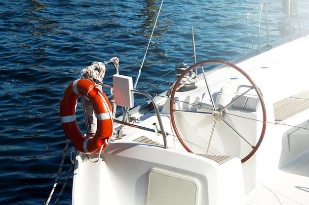 美しいヨットの舵の拡大写真。昼光。水平。海の背景。